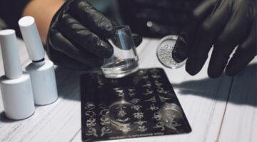 quais são os materiais usados para fazer adesivos de unhas